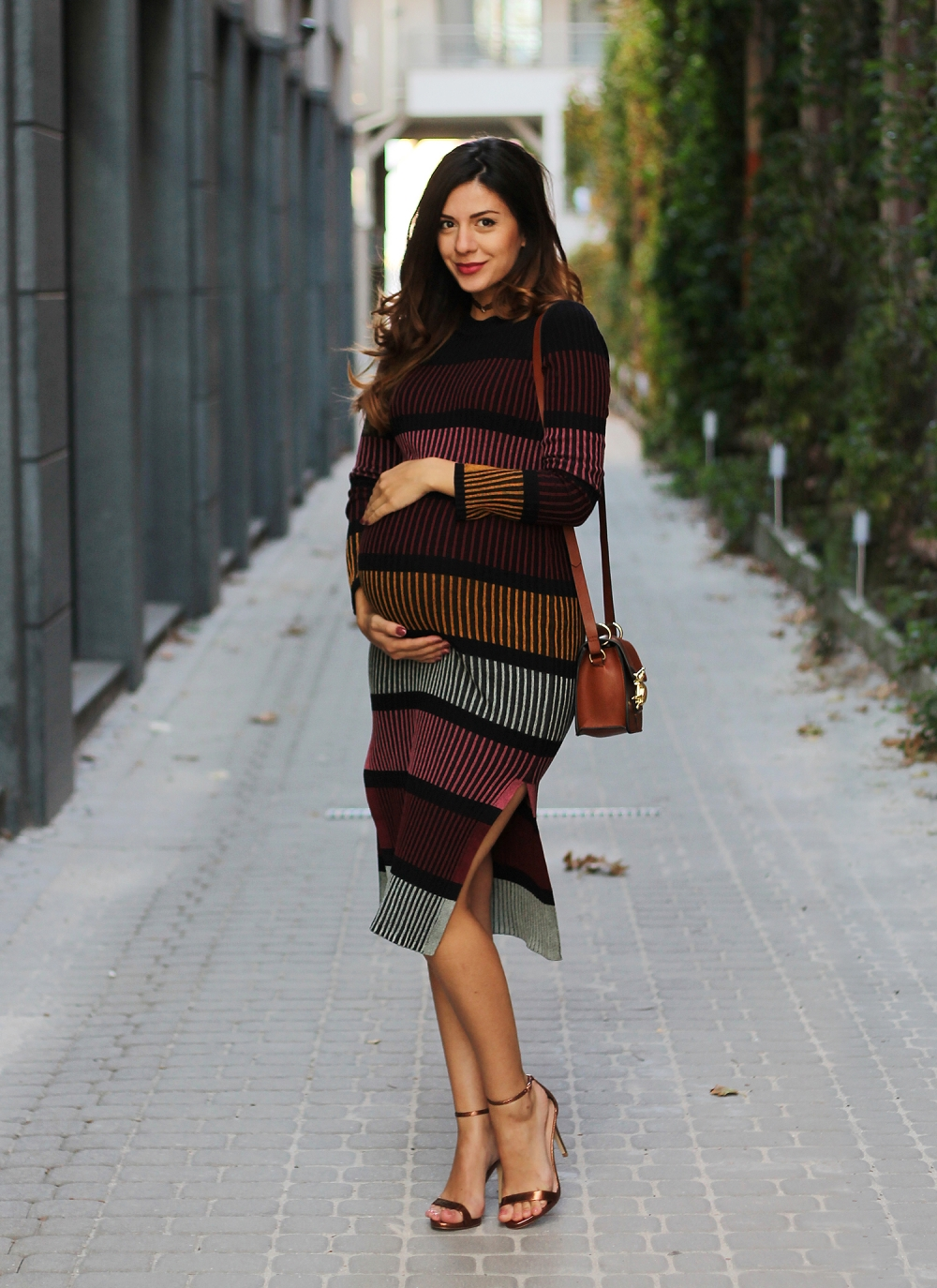 Pregnancy outfit: colorful dress and rose gold heels / 8th month