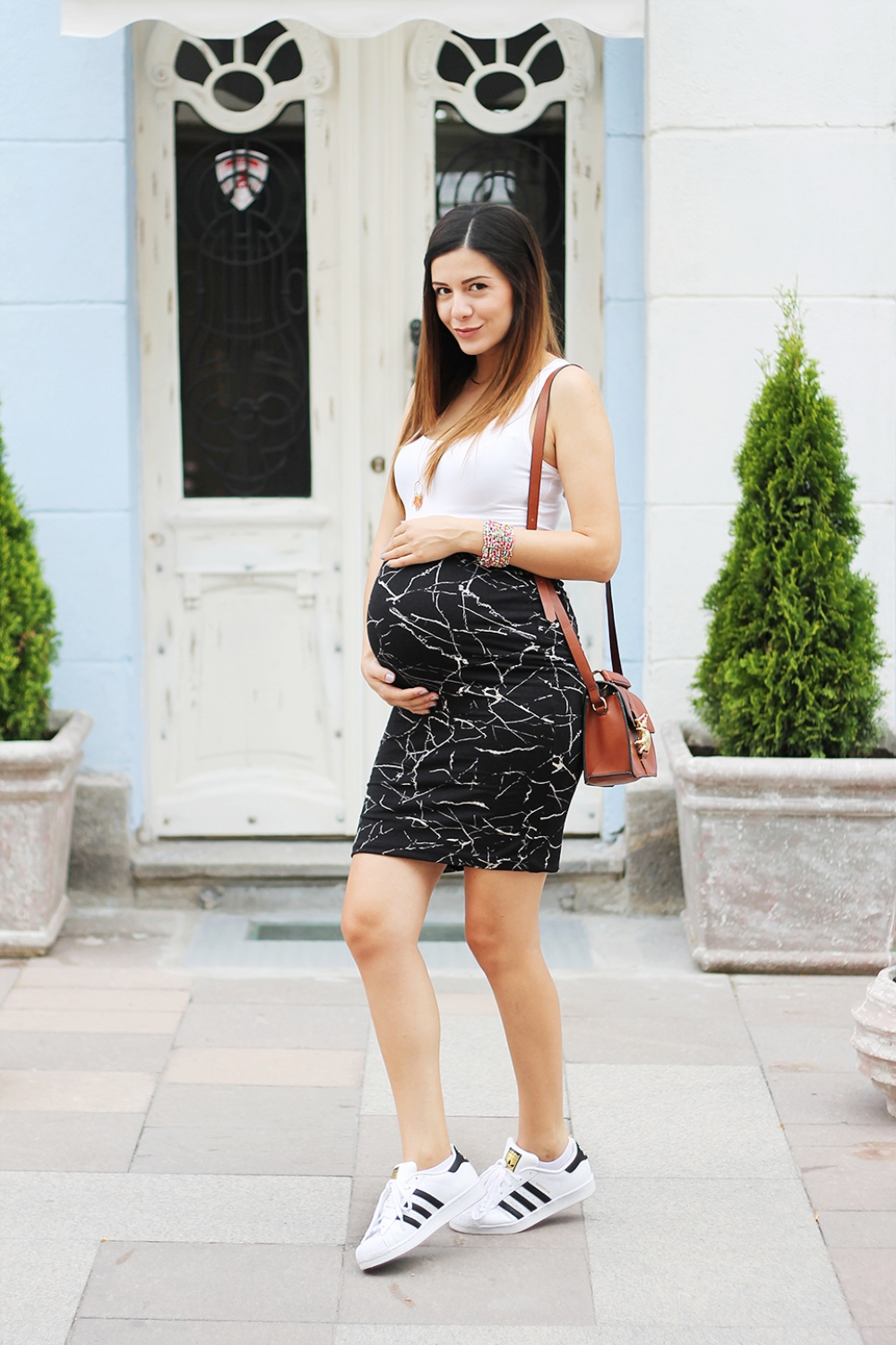 Pregnancy outfit: high-waisted skirt + adidas superstar / 8th month